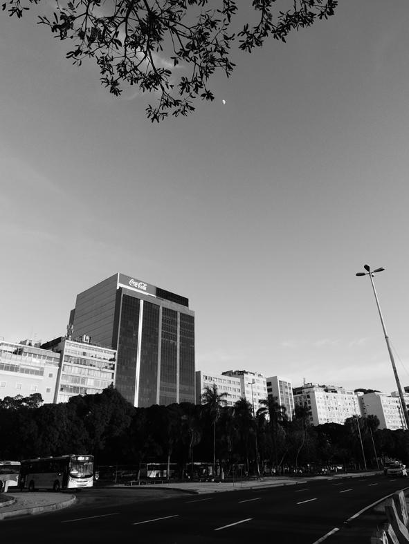 O shopping é o prédio da esquerda