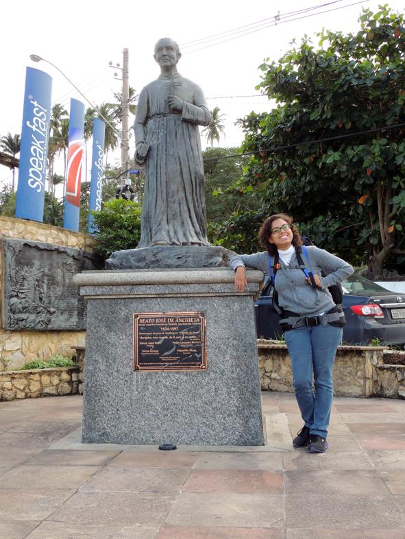 A Karina em Anchieta/ES, ao lado de Anchieta, o padre.