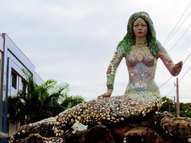 Escultura da Sereia na Praia de Ubú