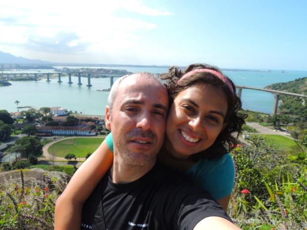 Olha a gente lá no alto, no Convento da Penha! De um lado, Vila Velha, de outro Vitória e em algum lugar ali está Cariacica.