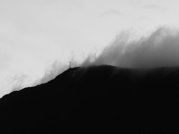 Da janela do hotel era possível ver a neblina que cobria as antenas de rádio e estação meteorológica.