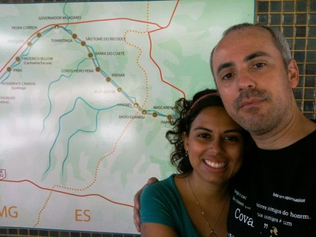 Nós dois ao lado do mapa da linha de trem.