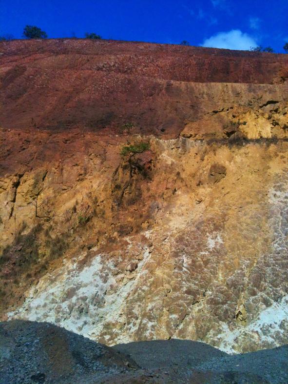 Morro em corte para mineração