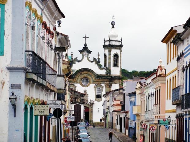 Igreja de Nossa Senhora do Carmo - Com botequim na esquina em frente, a rua de comércio que a liga a outras duas igrejas e ao lado, um cemitério diferente do comum.