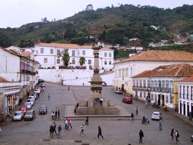 Praça Tiradentes, com a UFOP ao fundo