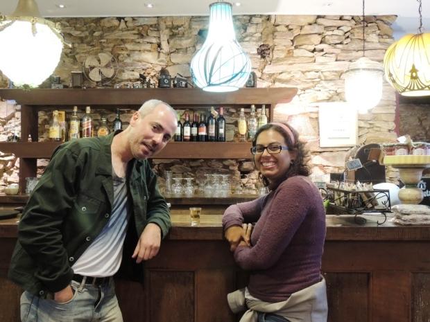 Nós e a Milagre de Minas, cachaça da região, no bar da FIEMG