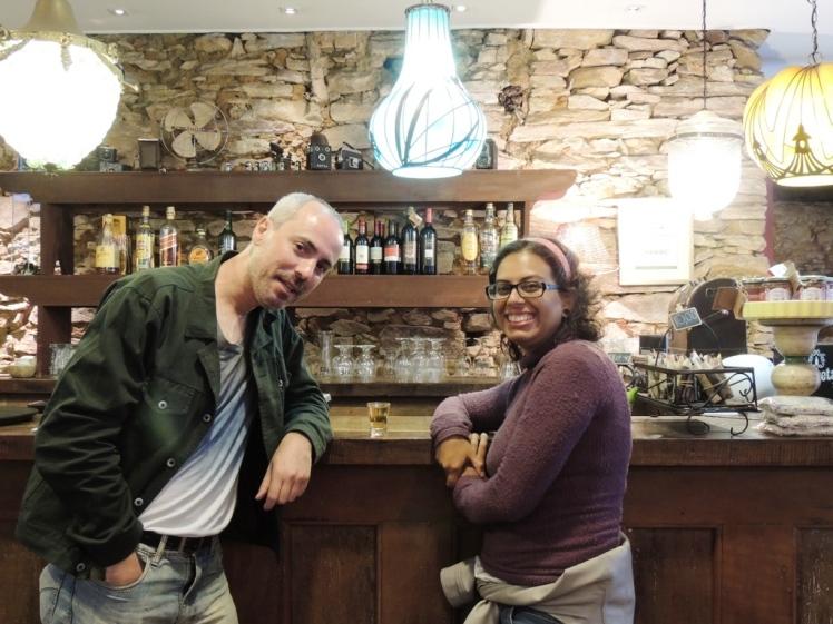 Nós e a Milagre de Minas, cachaça da região, no bar da FIEMIG
