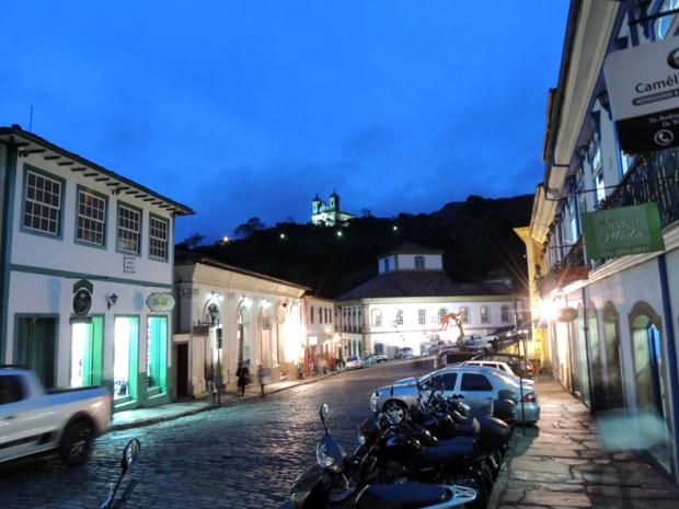 Praça Reinaldo Alves de Brito. Casa dos Contos ao fundo, Cine Vila Rica à esquerda.