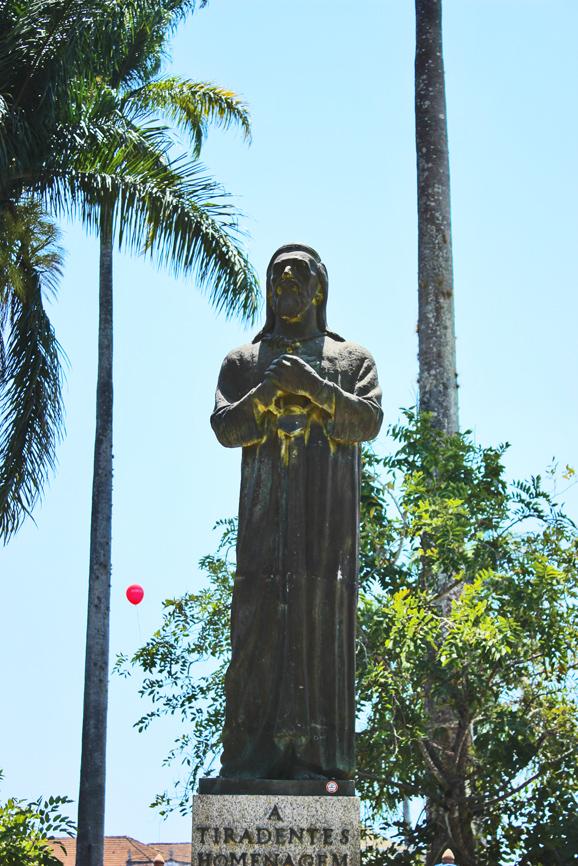 A estátua que homenageia o mártir da Inconfidência Mineira no centro histórico de Tiradentes.