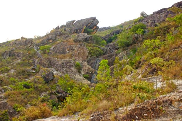 A mesma rocha em 2014, mas a vegetação mais rala e a seca impiedosa que bebeu toda a água.