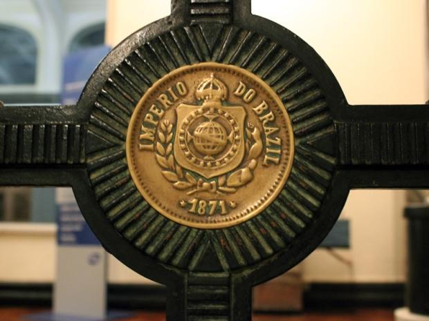 Reprodução de moeda de época na proteção das escadas.