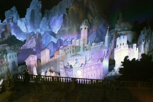 Uma representação da cidade com luzes, cores e efeitos especiais. Seres fantásticos aparecem em hologramas. Sim, no século XVI Da Vinci já sabia fazer hologramas.