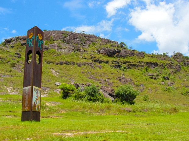 Grama verde, céu azul, mata densa e água em 2010.