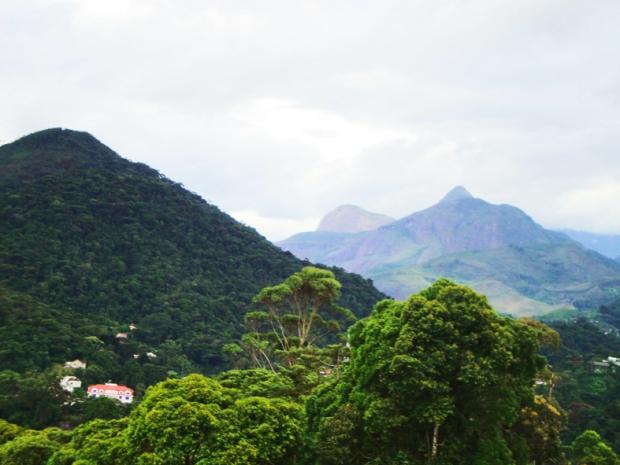 Chegando à Petrópolis. A serra dos órgãos faz bem aos pulmões e aos olhos. Vista do alto do morro onde está o Trono de Fátima.