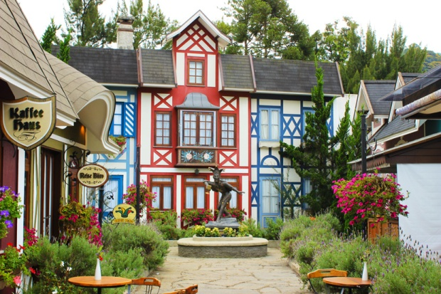 A parte cenográfica da Vila St. Gallen, remetendo às origens medievais dos proprietários da empresa.