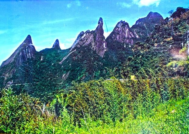 O Dedo de Deus, no Parque Nacional da Serra dos Órgãos. Descobri depois que há uma trilha de 3 dias pela serra ligando Petrópolis a Teresópolis. Já está na lista de próximas viagens.