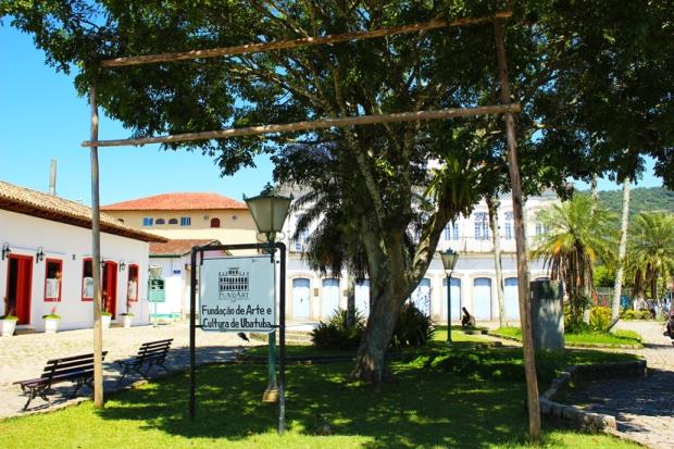 Centro cultural de Ubatuba, com sorveteria e comércio à esquerda.