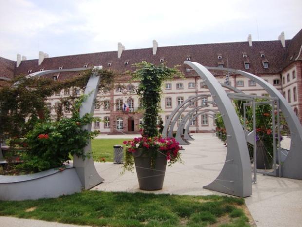 Praça 2 de Fevereiro, com o antigo hospital ao fundo