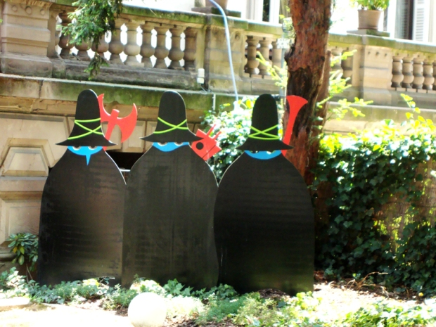 Bruxinhas no jardim do Museu Tomi Ungerer