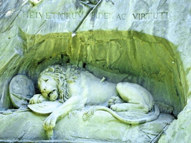 Acima a frase Helvetiorum Fidei ac Vituti , à lealdade e virtude do povo suíço.