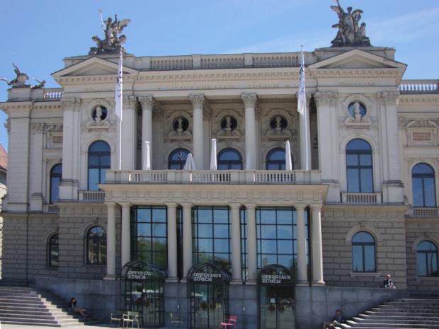 Não dá pra ver muito bem, mas tem cinco bustos lá em cima: Friedrich von Schiller, Carl von Weber, Amadeus Mozart, Richard Wagner e Wolfgang von Goethe.
