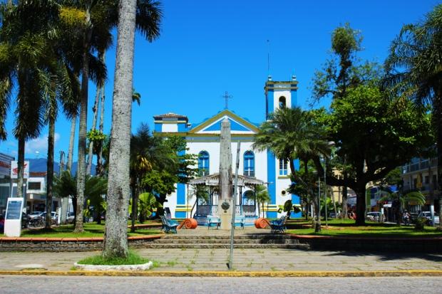 Praça e igreja Exaltação da Santa Cruz, Marco zero e coreto. Ubatuba é uma cidade cheia de história.