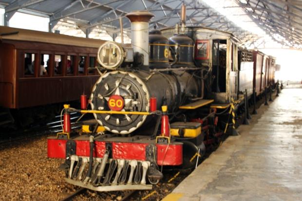 Balão, barco a vapor, elefante, locomotivas a vapor - Alguns dos meios de transporte descritos em A Volta ao Mundo em 80 Dias.
