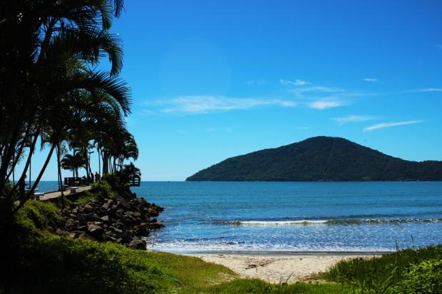 Vista do caminho para o Mirante e farol da praia de Iperoig, Ubatuba