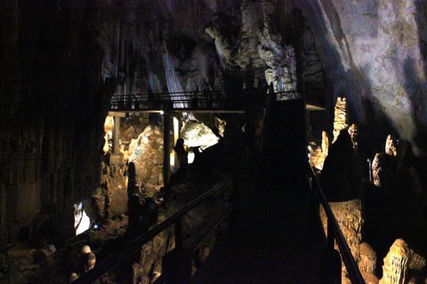 Por favor não escorregue especialmente neste trecho. Você está prestes a descobrir o motivo do nome Caverna do Diabo, mas a altura aqui passa de cinco metros.