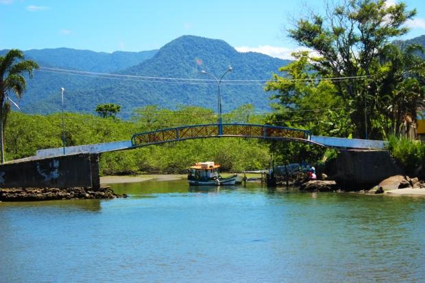 Ponte de ligação entre os bairros do norte de Ubatuba com o centro e os bairros do sul.