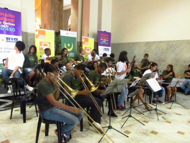 Orquestra Popular Tuhu, antes de começar a apresentação. Só aquecendo.