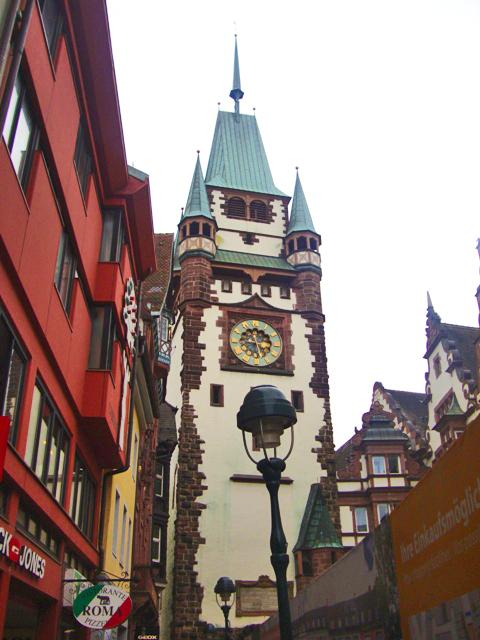 Torre do relógio, na rua Kaiser-Joseph. O ângulo está ruim, mas por causa da obra (o