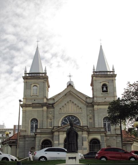 Catedral Metropolitana, na avenida principal