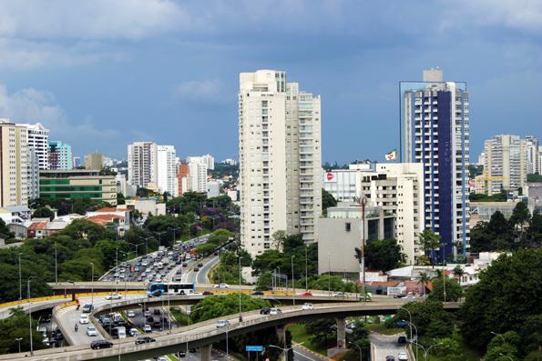 À esquerda, Vila Mariana; no centro, atrás dos prédios altos está Moema. E à direita, 4º Centenário. E um pouquinho do Ibirapuera, pro lado no Mac.