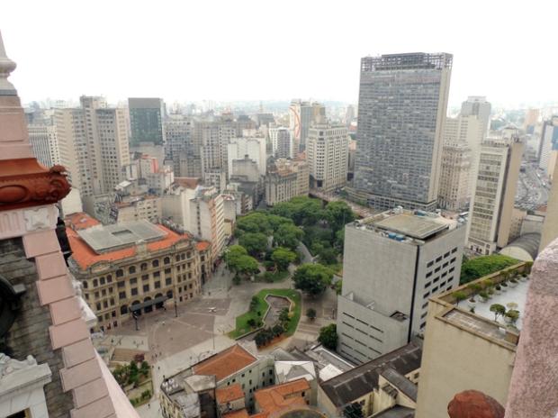 Vale do Anhangabaú, pelo Martinelli. O enorme edifício da esquerda é o Mirante do Vale, documentadamente o mais alto de São Paulo, com 170m.