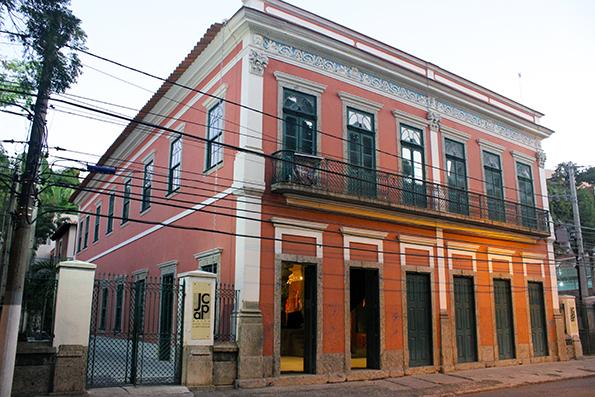Fachada restaurada do Museu Janete Costa de Arte Popular.
