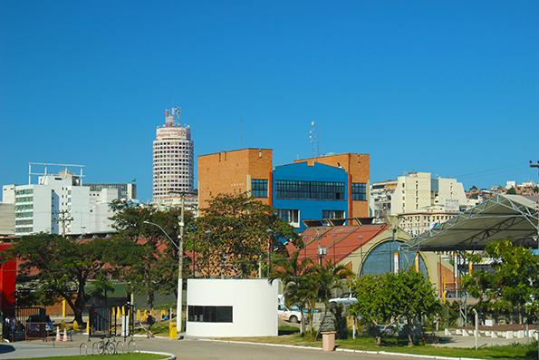 Entrada do Caminho Niemeyer e o terminal bem do ladinho (é o prédio laranja e a parte triangular em frente).