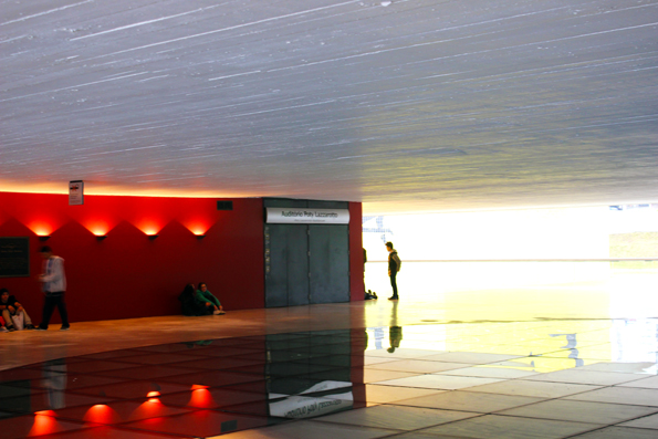 embaixo-do-olho-MON-Museu-Oscar-Niemeyer-Curitba