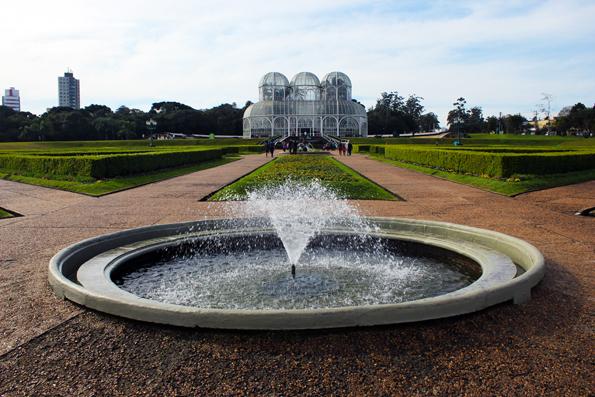 Estufa e fonte do Jardim Botânico de Curitiba.