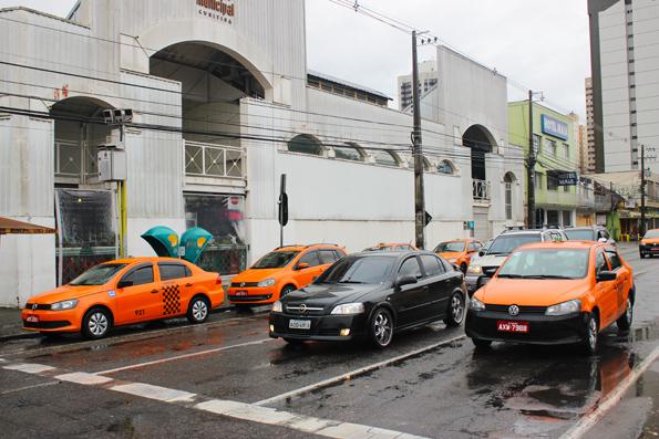 Mercado-Municipal-Curitiba-taxi-laranja