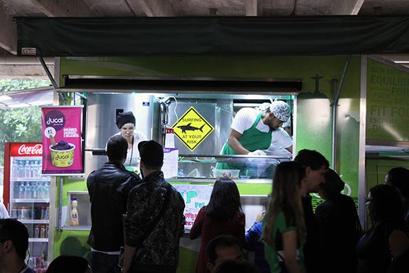 Praças de alimentação do lado de dentro, Food Trucks do lado de fora.