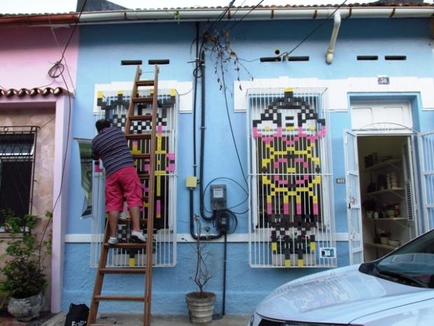 Arte dentro e fora, numa das casas da ex-vila operária.