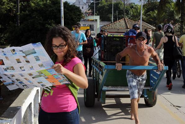 Karina-discutindo-com-o-mapa-de-Paranagua