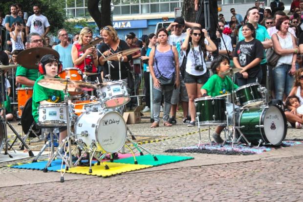 aniversario-sao-paulo-criancas-bateristas