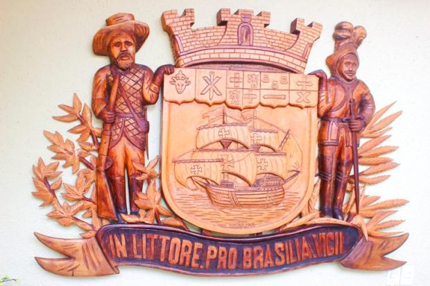 Dentro da Prefeitura, o lema de São Francisco do Sul.