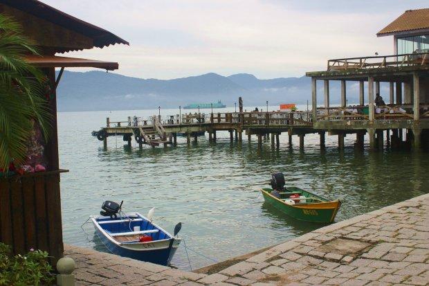 Pequenos pesqueiros e os restaurantes que se parecem com palafitas. Deu vontade de almoçar de novo só para apreciar o ambiente.