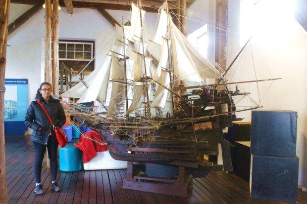 Uma réplica de um galeão espanhol de três mastros, do século 18 e a Karina ao lado para dar uma ideia do tamanho dessa maquete.