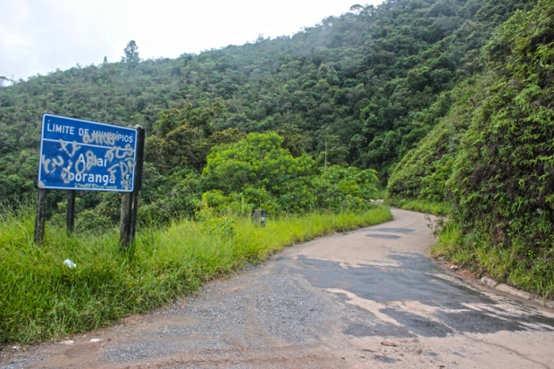 Estrada BR-165 entre Apiaí e Iporanga. Já teve um espírito de porco para sujar a placa. Cuidado na estrada.