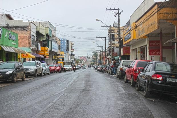 Rua 1° de maio, centro de Apiaí. Tempo chuvoso.