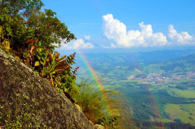 Arco-íris na pedra do salto de asa delta, em Extrema, Minas Gerais.